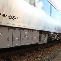 HC85系の床下にコンパクトに収容された機器。先頭車両の形式は「クモハ」で、モーター駆動を意味する「モ」が入れられた=名古屋市中村区のJR東海名古屋車両区で2019年12月12日、黒尾透撮影