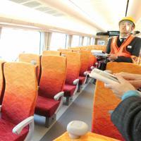 HC85系の普通車内。紅葉などのイメージをデザインした=名古屋市中村区のJR東海名古屋車両区で2019年12月12日、黒尾透撮影