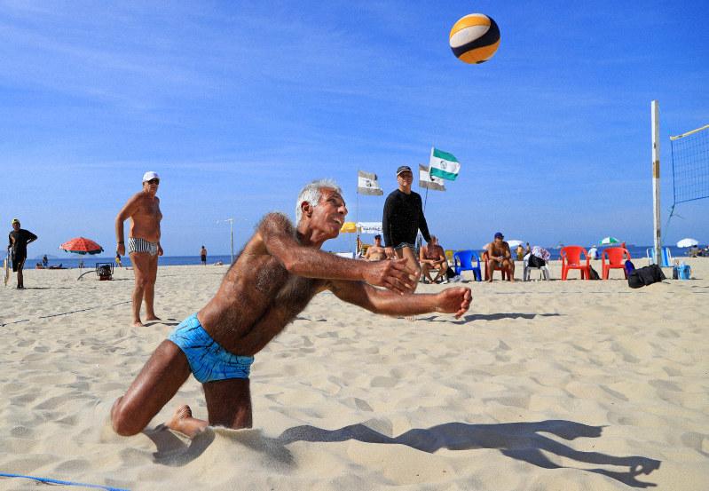 コパカバーナでビーチバレーを楽しむ高齢者たち。本気で悔しがり、本気で言い争う=リオデジャネイロで2016年7月9日、梅村直承撮影