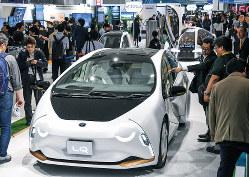 トヨタ自動車の自動運転電気自動車「LQ」。次世代自動車への投資競争が激化している(東京モーターショーで)