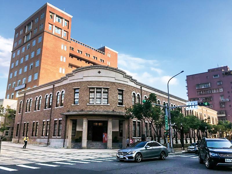 記念館はかつての警察署。左後方は現警察署(筆者撮影)