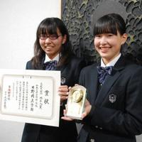 優良賞の盾を手にする山本葉月さん(右)と地区入賞の賞状を持つ日野岡真季さん=みなべ町で、木村哲人撮影