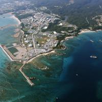 埋め立てが進む沖縄県名護市辺野古の沿岸部。14日で1年が経過する=2019年12月10日午後、本社機から