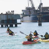 埋め立てる土砂を運ぶ運搬船の積み込みに、カヌーに乗って抗議する人たち=沖縄県名護市で2019年12月13日午後0時57分、津村豊和撮影