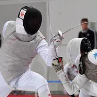 男子フルーレ個人戦の予選で相手選手を攻める三宅諒(左)=幕張メッセで2019年12月13日、大西岳彦撮影