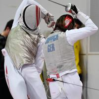男子フルーレ個人戦の予選で相手選手を攻める西藤俊哉(左)=幕張メッセで2019年12月13日、大西岳彦撮影