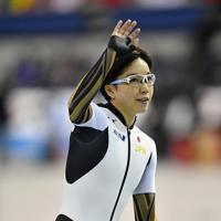 【スピードスケートW杯第4戦・長野大会】女子500メートルの1回目で優勝し、声援に応える小平奈緒=長野市のエムウェーブで2019年12月13日、猪飼健史撮影