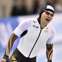 【スピードスケートW杯第4戦・長野大会】男子500メートルの1回目で優勝し喜ぶ村上右磨=長野市のエムウェーブで2019年12月13日、猪飼健史撮影