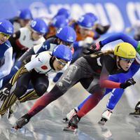 【スピードスケートW杯第4戦・長野大会】女子マススタートで2位になった高木菜那(右から3人目)=長野市のエムウェーブで2019年12月13日、猪飼健史撮影