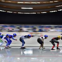 【スピードスケートW杯第4戦・長野大会】女子マススタートで滑走する高木菜那(右から3人目)ら選手たち=長野市のエムウェーブで2019年12月13日、猪飼健史撮影