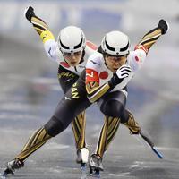 【スピードスケートW杯第4戦・長野大会】女子チームスプリントで滑走する辻麻希(右)と郷亜里砂=長野市のエムウェーブで2019年12月13日、猪飼健史撮影