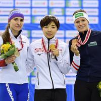 【スピードスケートW杯第4戦・長野大会】女子500メートル1回目の表彰式でメダルを手にする優勝した小平奈緒(中央)ら=長野市のエムウェーブで2019年12月13日、猪飼健史撮影