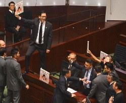 香港の立法会では、少数派の民主派議員が激しい抵抗をする光景がよくみられる=香港立法会で2019年10月16日、福岡静哉撮影