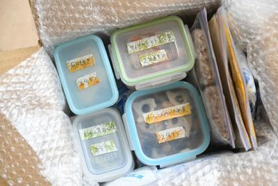 発送する時は、料理名と解凍時間が分かるようにして箱詰めする=内藤絵美撮影