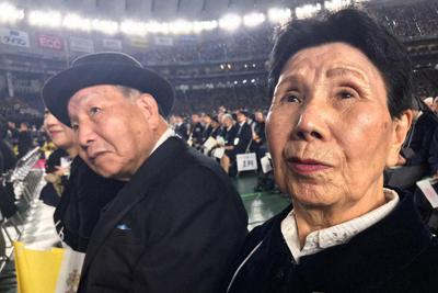 東京ドームでのミサに出席する袴田巌さん(左)と秀子さん=関係者提供