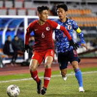 東アジアE-1選手権【日本-香港】前半、香港の選手と競り合う日本・大島=韓国・釜山で2019年12月14日、ロイター