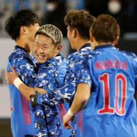 東アジアE-1選手権【日本-香港】前半、先制ゴールを決めてチームメートと喜ぶ菅(左から2人目)=韓国・釜山で2019年12月14日、ロイター
