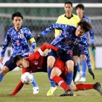 東アジアE-1選手権【日本-香港】前半、香港の選手にマークされる日本・小川=韓国・釜山で2019年12月14日、ロイター