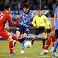 東アジアE-1選手権【日本-香港】前半、日本の3点目となるゴールを決める小川(中央)=韓国・釜山で2019年12月14日、ロイター