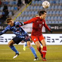東アジアE-1選手権【日本-香港】前半、香港の選手とボールを争う日本・田川=韓国・釜山で2019年12月14日、ロイター