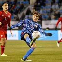 東アジアE-1選手権【日本-香港】前半、ボレーでゴールを狙う日本・田川=韓国・釜山で2019年12月14日、ロイター