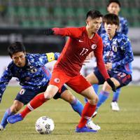 東アジアE-1選手権【日本-香港】前半、香港の選手とボールを争う日本・大島=韓国・釜山で2019年12月14日、ロイター