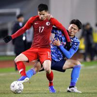 東アジアE-1選手権【日本-香港】前半、香港の選手とボールを争う日本・渡辺=韓国・釜山で2019年12月14日、ロイター