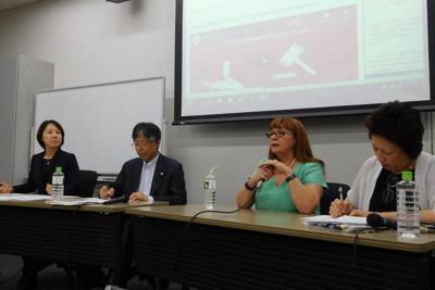 設立総会で質問に答えるエリザベス・コーさん(右から2人目)ら=東京都新宿区の早稲田大で、椋田佳代撮影