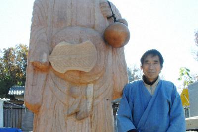 完成した「布袋」の大作と仏師・水野芳春さん=岐阜県各務原市の工房で