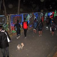 色鮮やかなイルミネーションに照らし出された通学路を帰宅する九中の生徒たち