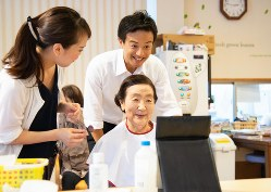化粧療法の現場を訪問した鈴木隼人氏(中央上)=鈴木隼人事務所提供