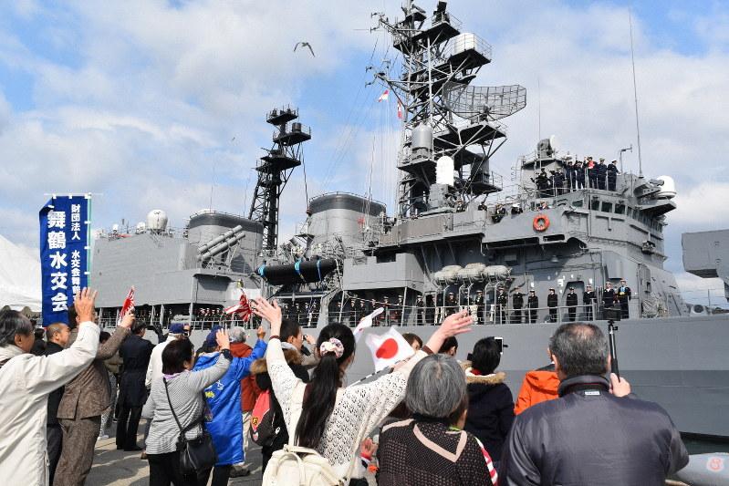 家族に見送られながらソマリア沖に向かう護衛艦「あさぎり」=舞鶴市の海上自衛隊北吸岸壁で2019年3月16日、行方一男撮影