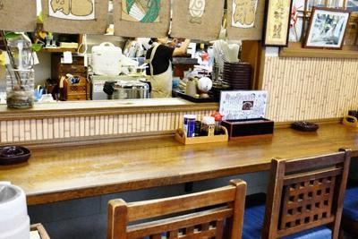 樹木希林さんがいつも座った左端のカウンター席。奥の洗い場や調理場がよく見える位置だ=宮城県栗原市の「食事処 だるま屋」で