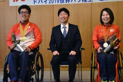 県スポーツ特別顕賞を受賞した佐藤友祈選手(左)と木山由加選手(右)=岡山市北区で、益川量平撮影