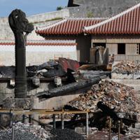 首里城正殿の焼け跡と焼け残った大龍柱=那覇市で2019年12月17日午後2時59分、遠藤孝康撮影