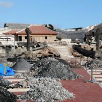 焼け落ち、大龍柱だけが残った首里城正殿跡=那覇市で2019年12月17日午後2時54分、遠藤孝康撮影