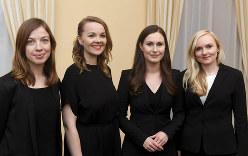 フィンランドの新連立政権を担う30代前半の女性たち。右から、緑の党党首のオヒサロ内相(34)、マリーン首相(34)、中央党党首のクルムニ副首相兼財務相(32)、左翼同盟党首のアンデション教育相(32)=ヘルシンキで10日、AP