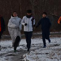 学校のグラウンドを走る北海道栄の選手たち=北海道白老町で