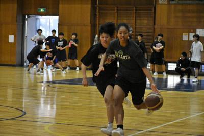 練習に励む女子バスケ部=千葉市稲毛区轟木町4の千葉経済大学付属高校体育館で