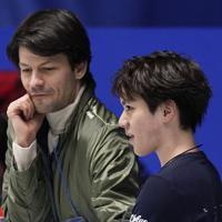 公式練習中、ステファン・ランビエル氏(左)から助言を受ける宇野昌磨=東京・国立代々木競技場で2019年12月18日、佐々木順一撮影