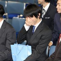 滑走順の抽選中に、笑いをこらえる羽生結弦=東京・国立代々木競技場で2019年12月18日、佐々木順一撮影