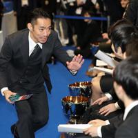 開会式開始前に羽生結弦に声をかける高橋大輔(左)=東京・国立代々木競技場で2019年12月18日、佐々木順一撮影