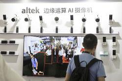 中国では監視カメラが急速に普及している(上海で開かれた家電見本市、CESアジアで)(Bloomberg)