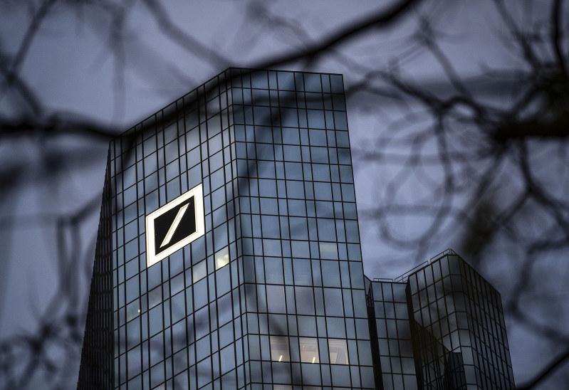 マイナス金利による収益悪化で、ドイツ銀行は人員削減に踏み切る(フランクフルトの本店)(Bloomberg)