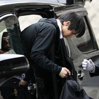 リンクで練習するため、会場に到着した羽生結弦=東京・国立代々木競技場で2019年12月19日、佐々木順一撮影