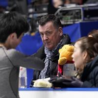 公式練習に臨むオーサーコーチ(中央)=東京・国立代々木競技場で2019年12月19日、佐々木順一撮影