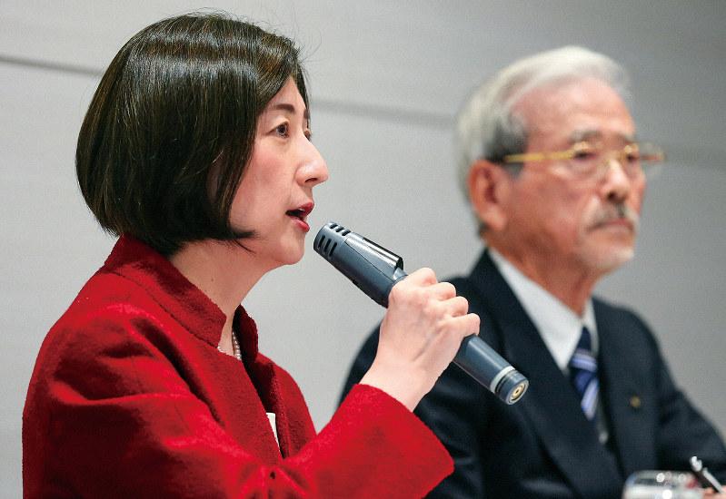 大塚家具の大塚久美子社長(左)は続投を表明したが、道のりは険しい。右はヤマダ電機の山田昇会長