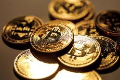 世界的に取引量が拡大している(ビットコインをイメージしたコイン)(Bloomberg)