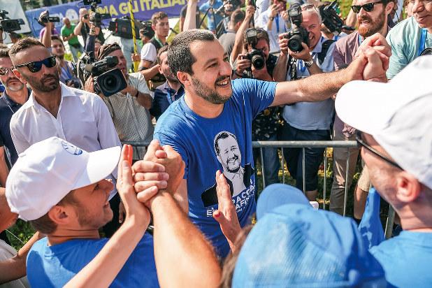 右派「同盟」のサルビーニ書記長(中央)を支持するイタリア国民は多い(Bloomberg)