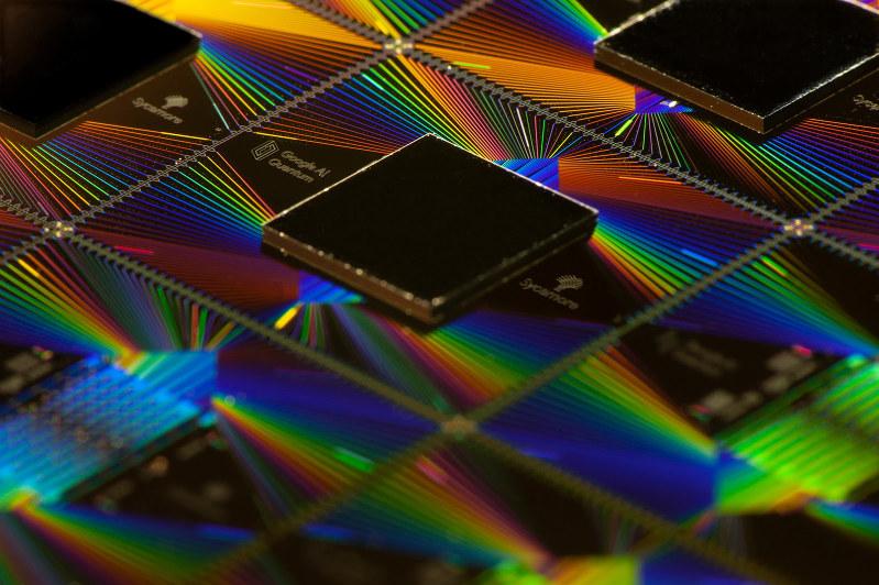 米グーグルが開発した量子コンピューターのチップ「シカモア」(グーグル提供)